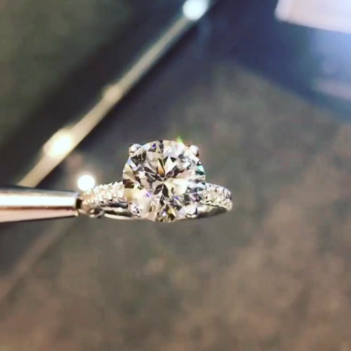 Wow!!! It's Gorgeous. Diamond Halo engagement ring Platinum. Who would not die for this beauty ring??? SLVH ♥♥♥♥ #diamondrings