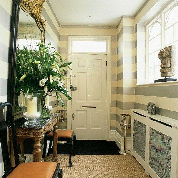 Beau couloir dentrée avec un miroir rétro