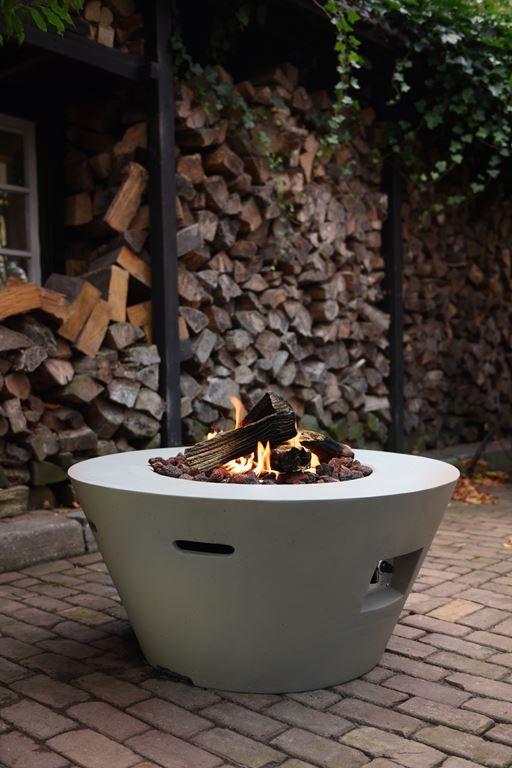 Der Gas Feuer Kamin Hat 96 Cm Durchmesser Er Ist Aus Wetterfestem Composite Betongemisch Hergestellt Dadurch Sehr St Feuertisch Feuerstellen Im Freien Feuer
