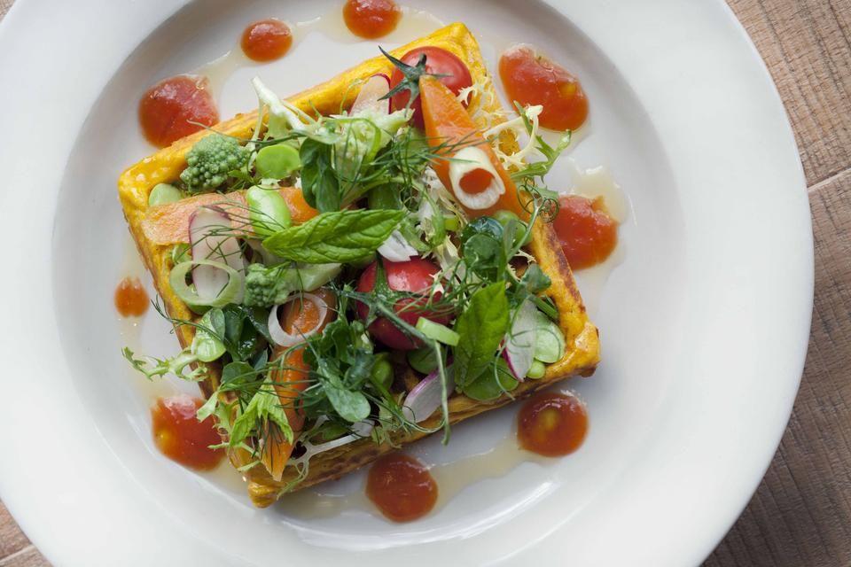 Patate Douce Waffle Salade De Legumes Best Vegetarian Restaurants Sweet Potato Waffles Vegetarian Friendly Restaurants