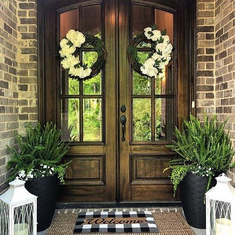 I would love to have this double door entry to my home - such a gorgeous front porch!! #doubledoorwreaths