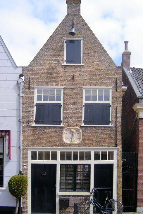 Op Zanddijk nummer 11 staat het oude huis van het gilde der zakkendragers. Dit uit 1765 stammende diepe huis met tuitgevel heeft boven de puibalk een fraaie gevelsteen met daarop het bouwjaar, de namen van de toenmalige bestuursleden van het gilde en een afbeelding van een zakkendrager. Zodra een schip de haven binnenliep, werd de klok aan de gevel geluid als teken dat er werk aan de winkel was. De zakkendragers dobbelden erover wie het eerst aan de beurt was.