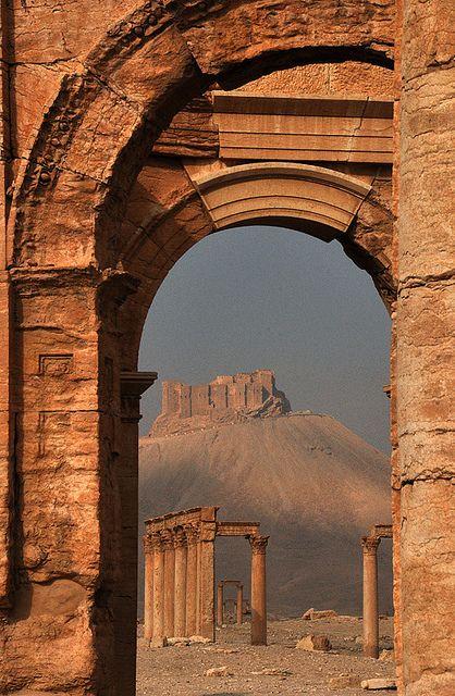 Palmyra era una ciudad antigua en el centro de Siria. Situado en un lugar, que había sido durante mucho tiempo una parada de la caravana vital para los viajeros que cruzan el desierto de Siria y fue conocida como la Novia del Desierto. En el segundo milenio antes de Cristo, fue una ciudad comercial en la extensa red que vincula la Mesopotamia y el norte de Siria. Palmyra se menciona en la Biblia como parte del Reino de Salomón.