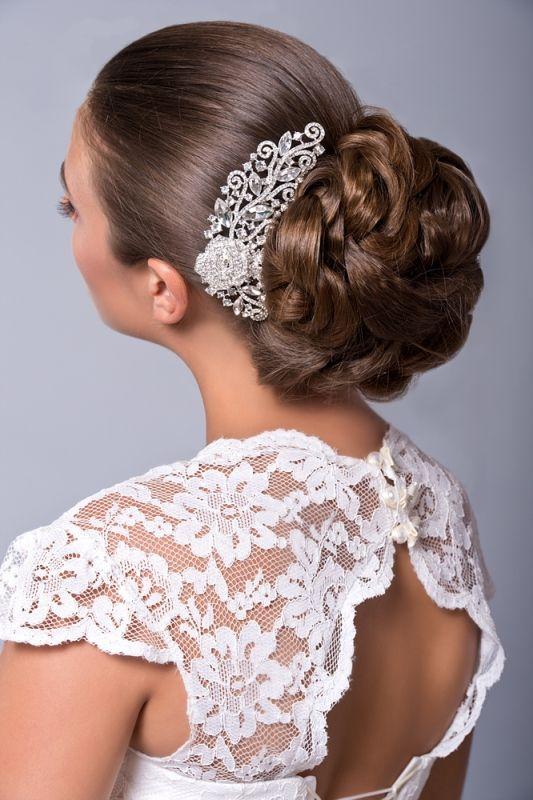 coiffure mariage chignon bas avec peigne de mariage en cristal sur le côté | Coiffure mariage ...