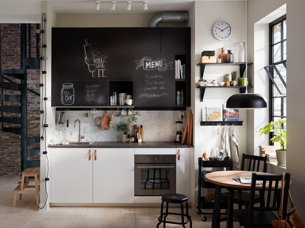 Piccola cucina bianca e nera con ante con superficie a lavagna ...