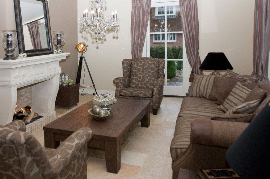 Landelijk wonen in deze landelijke villa woonkamer met open haard enpracgtige meubel ingericht - Gordijnen landelijke stijl chique ...
