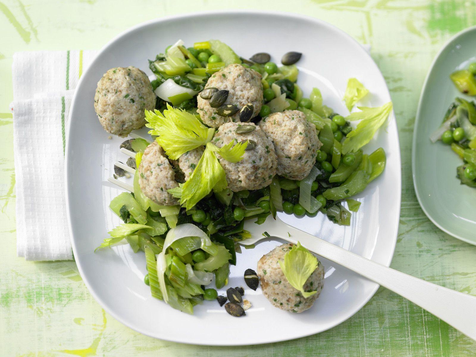 Semmelknödel auf Gemüse - mit Schnittlauch und Kürbiskernen - smarter - Kalorien: 385 Kcal - Zeit: 45 Min. | eatsmarter.de
