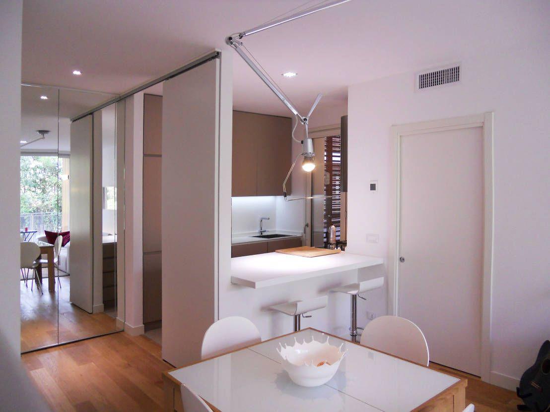 Sala da pranzo contemporanea bianca : sala com lareira e tv. sala ...