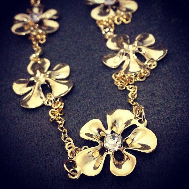 Colar Comprido de Flores - clique para ver em detalhes em nosso site e siga-nos no Instagram: @juvnyou