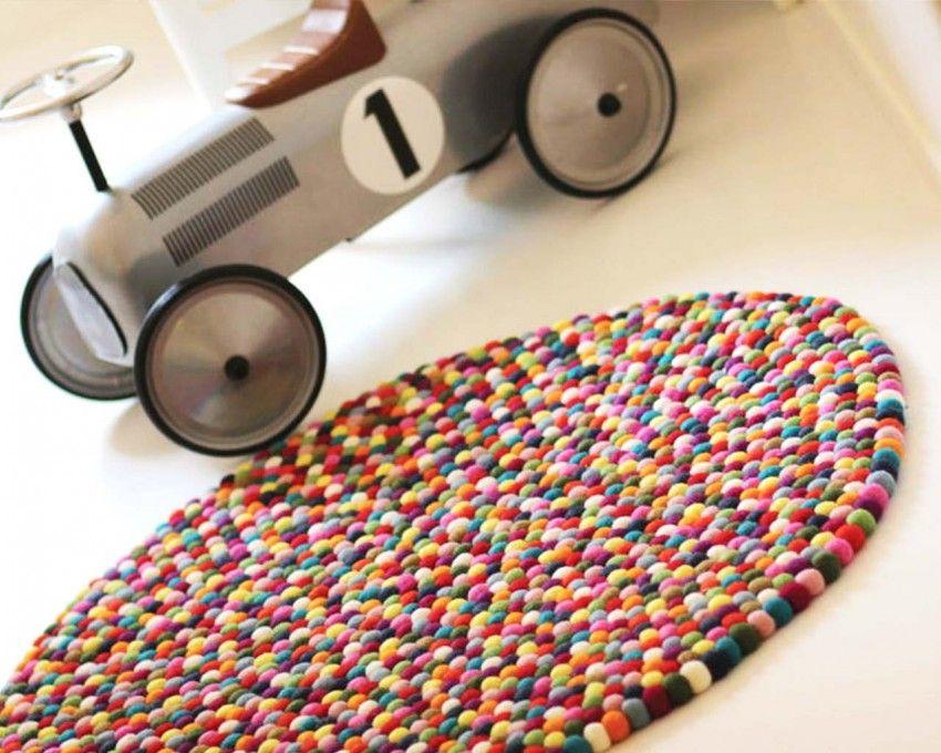 voiture--de-chaussée-de-couleur-blanche-à-plusieurs-tapis