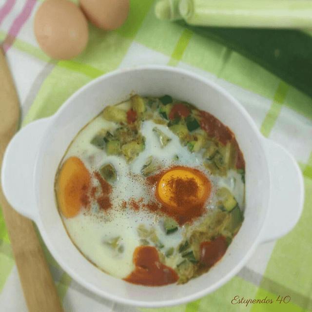 Huevos al plato con puerro y calabacín