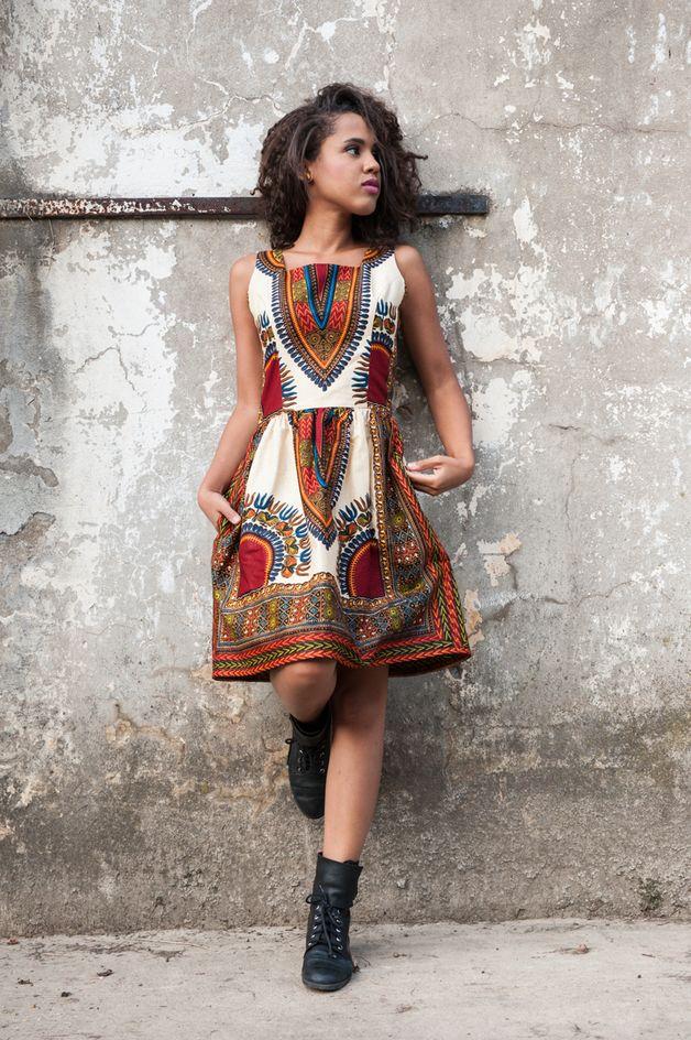 Knielanges Kleid mit afrikanischem Muster für den Sommer / knee ...
