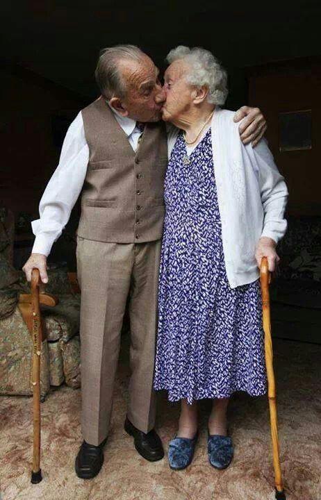 Niemals zu alt für Küsse