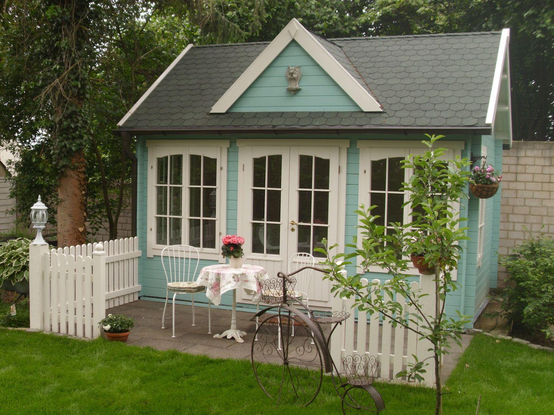 Gemuetlicher wohnbereich mit daybed : Clockhouse gartenhaus in hellem türkis kombiniert mit filigranen
