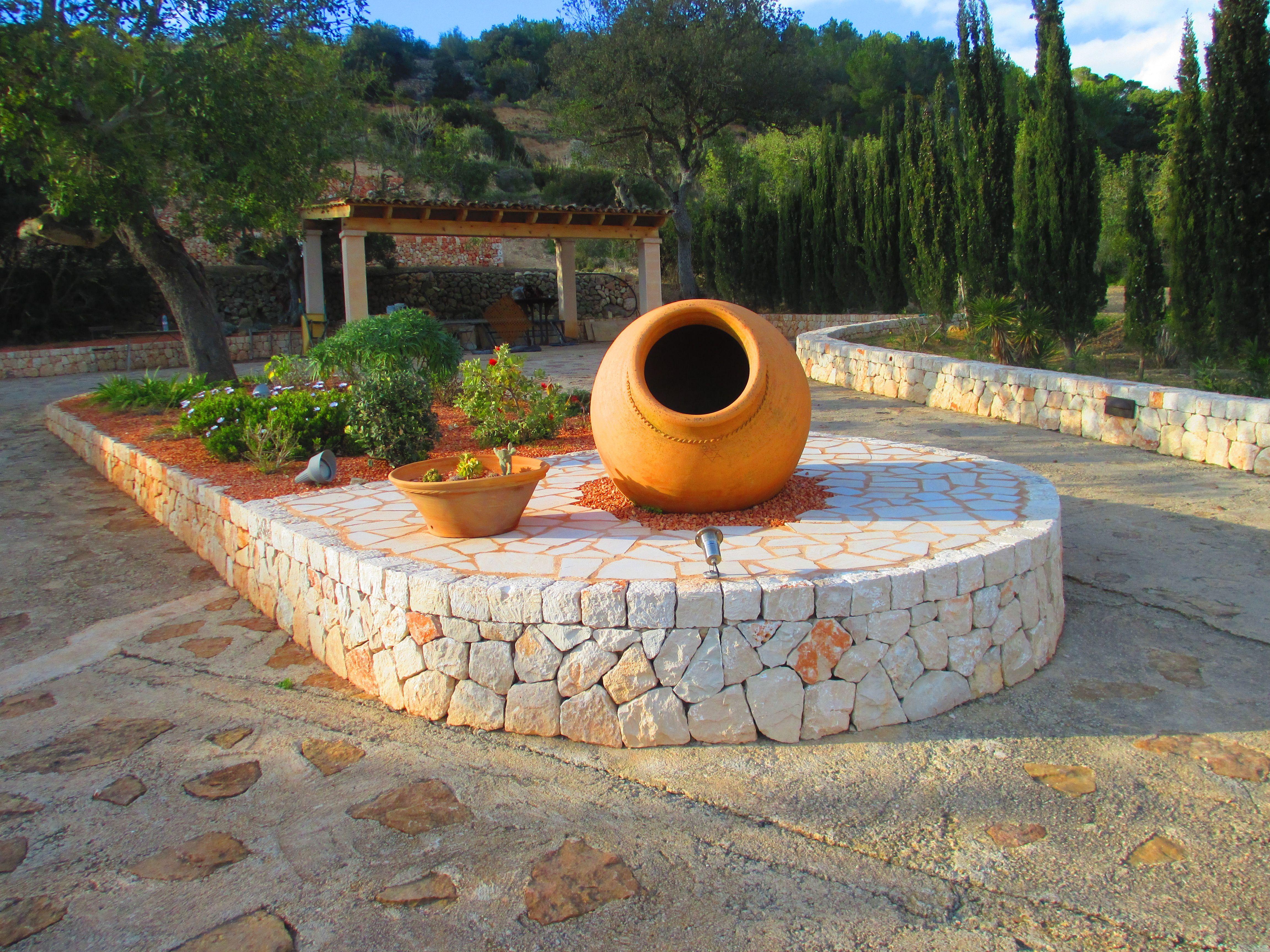 Jardinera de piedra muy original encantos for Jardineras de piedra natural