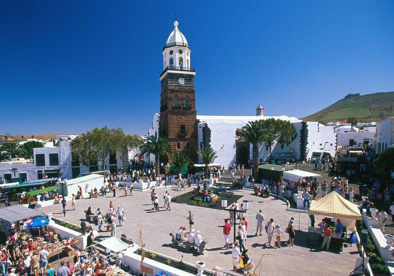 Teguise: voormalige hoofdstad van Lanzarote. Een van de oudste nederzettingen op de canarische eilanden. Typische lokale architectuur van de huizen en boven de stad is castillo de santa barbara