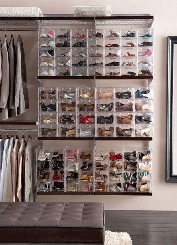 13 ideas para guardar y decorar con zapatos organizing for Closet de madera para zapatos