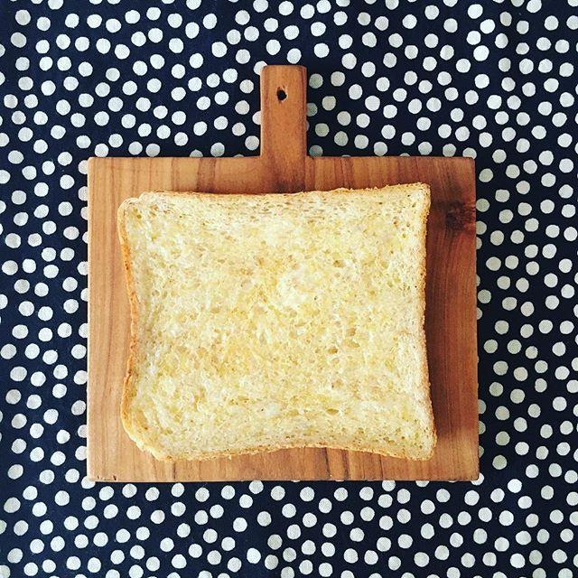 ___tutut___\minneにとりさんブローチなど数点upいたします/ よろしければご覧ください。 プロフィールにリンクございます 新作も製作中なので、 また紹介させてください。  画像は全く関係ありません笑 先日買ったばかりの食パンボード ジャストサイズでとてもかわいいです☺︎ #tutut #トゥトゥット #石粉粘土 #石塑粘土 #陶器風 #陶器風ブローチ #ブローチ #brooch #ブローチ部 #ハンドメイド #手作り #minne #ミンネ #木ごこち #カッティングボード #木 #食パン