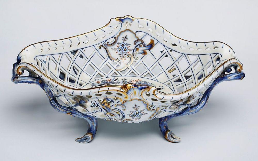 gr durchbruchkorb zwiebelmuster mit berdekor meissen um 1860 porzellan ovale grundform. Black Bedroom Furniture Sets. Home Design Ideas