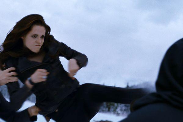 Bella Fights A Volturi In The Twilight Saga Breaking Dawn