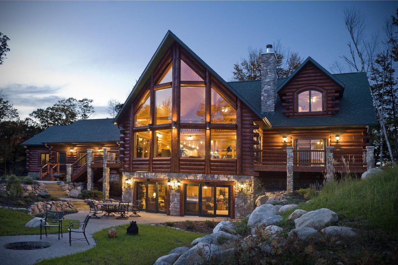Casa grande de madera y piedra con ventanales de casa for Fachadas de cabanas rusticas