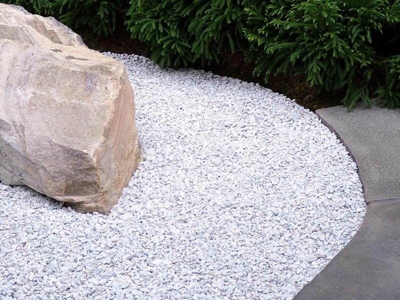 Jardin moderne avec du gravier décoratif, galets et plantes - gravier autour de la maison