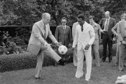 Presidente Ford mostrando suas habilidades futebolísticas para Pelé em 1975
