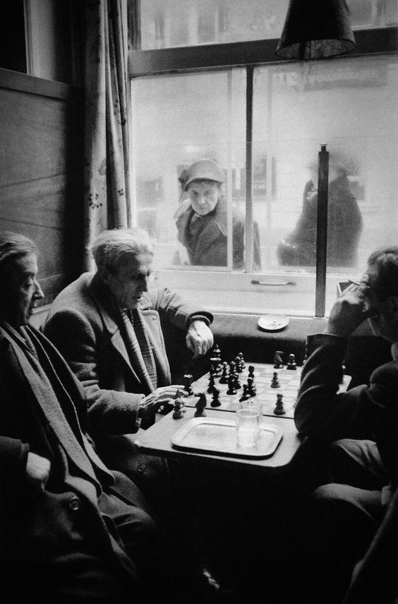 Fotografía de unos hombres jugando al ajedrez en el interior de un café de Viena, tomada en 1953 por el fotógrafo austriaco Erich Lessi...