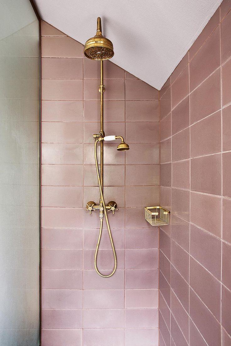 Photo of Millenial pinke Metro-Fliesen in einer Dusche mit metallischen Duschkopf-Hähnen und #showertiles