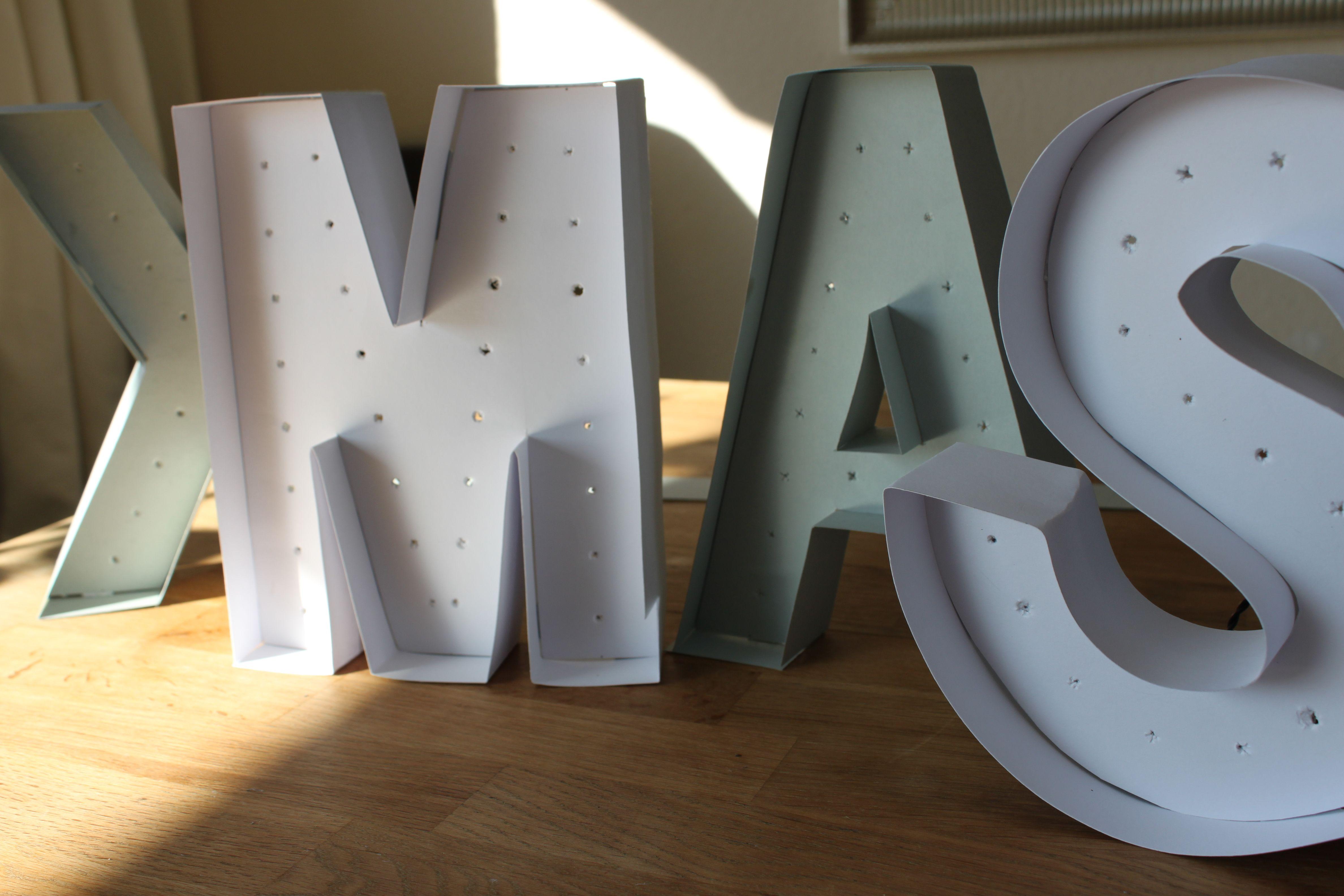 Idee Deko Lichter Leucht Buchstaben aus Pappe selbst gebastelt DIY. Initialien, I Love U, Me & U bastel Dir deine Leuchtbuchstaben.