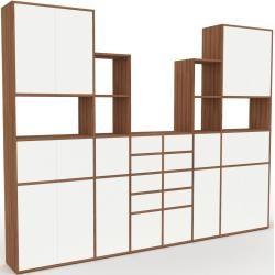 Photo of Wohnwand Nussbaum – Individuelle Designer-Regalwand: Schubladen in Weiß & Türen in Weiß – Hochwertig