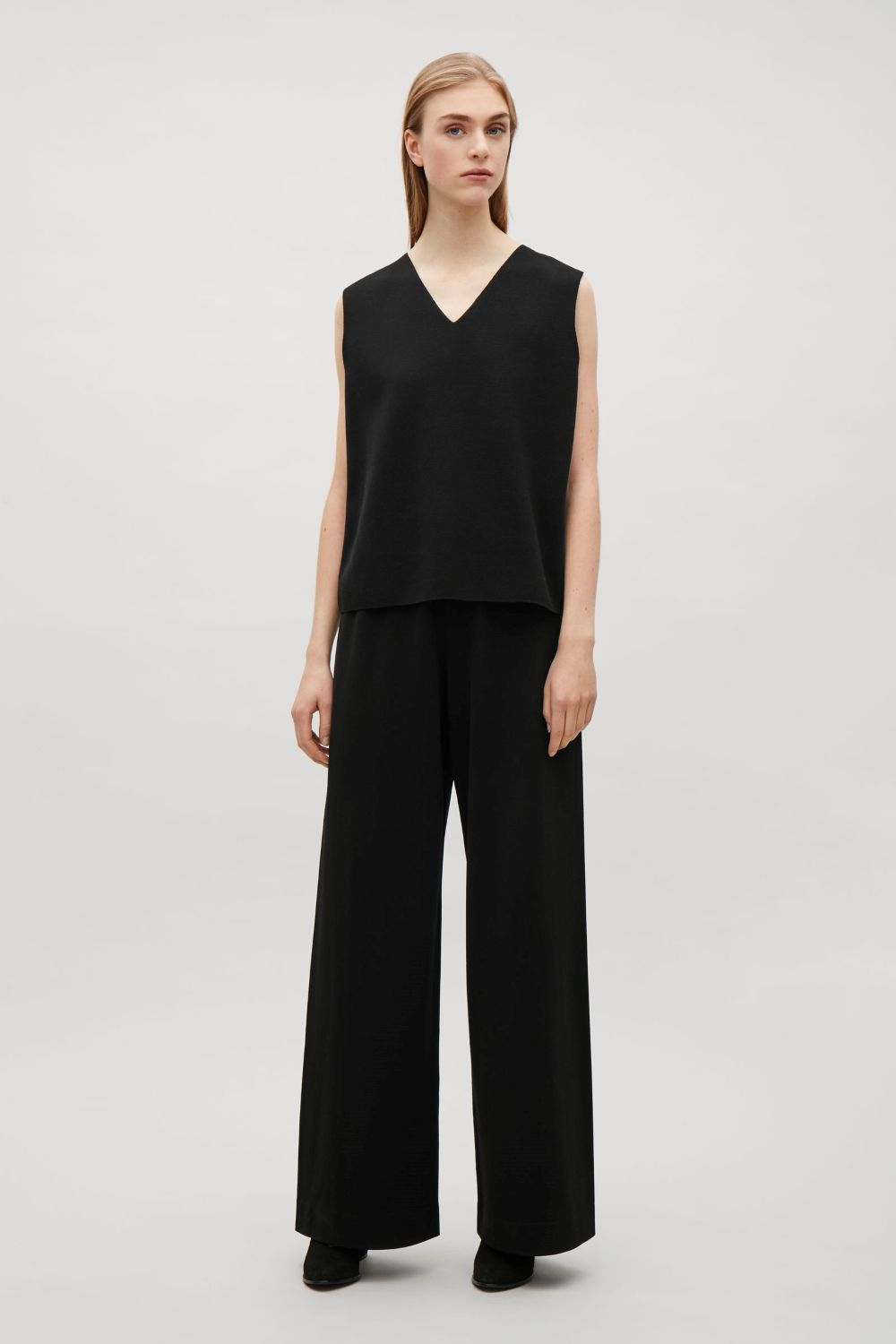Made with extra-long legs that are designed to gather at the bottom, these trousers have a smooth, stretchy quality. A clean silhouette with minimal detailing, they are fitted to sit on the hips with a simple, elastic waistband.