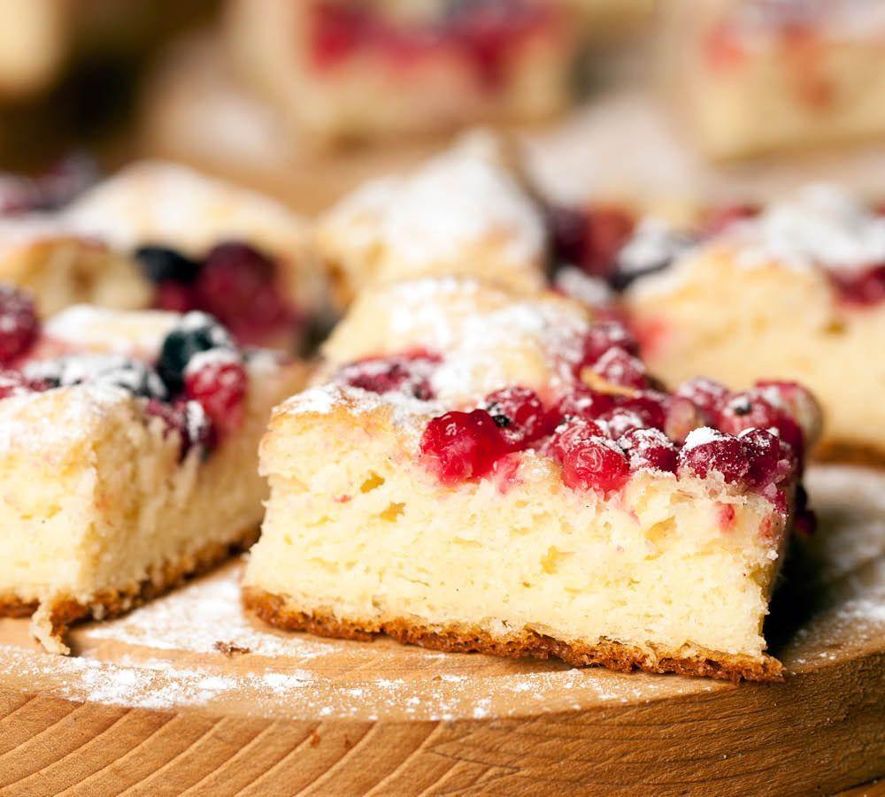 Zaubern Sie einen einfachen Blechkuchen mit fruchtigen Kirschen und lassen Sie es sich schmecken. Hier finden Sie das kostenlose Rezept!