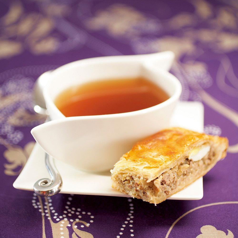 Valmista itse tehty lihapiirakka näppärästi uunissa. Peltilihapiirakasta riittää syötävää useammallekin herkkusuulle.