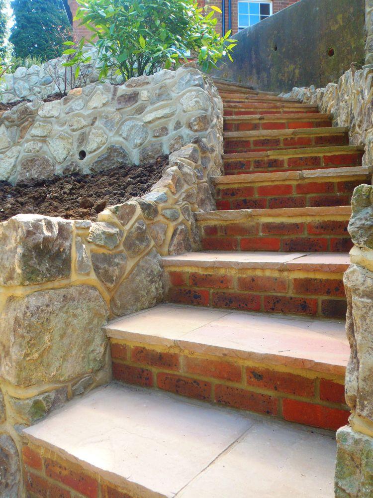 Escalier de jardin en pierre naturelle et brique rouge et plantes vertes am nagement jardin en - Escalier de jardin en pierre ...