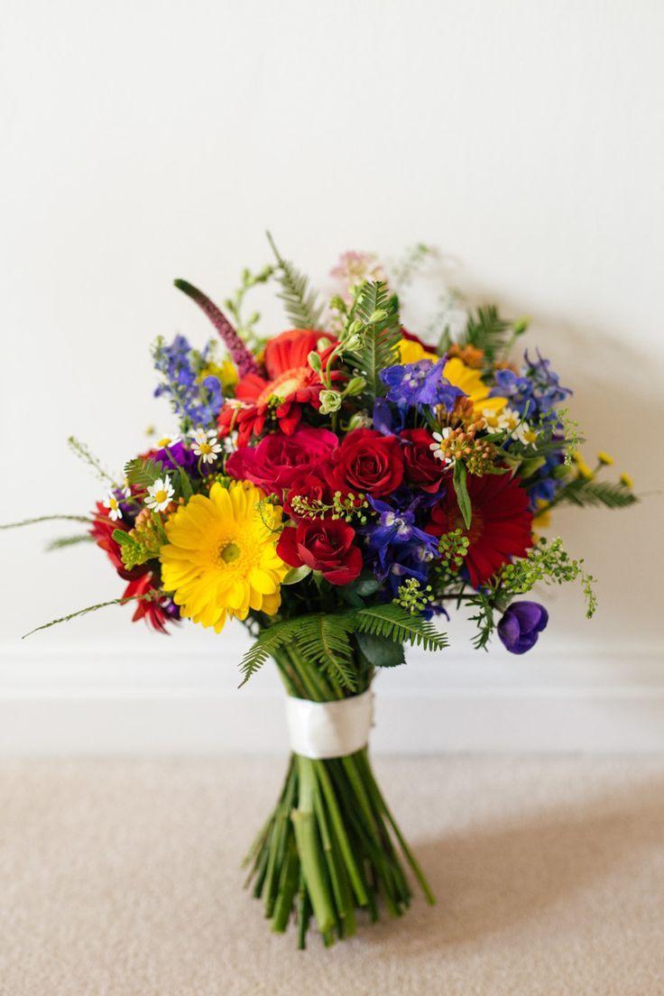Mehrfarbiger Spaß u. Kreative Hochzeit  Gebinde blüht Braut-Brautregenbogen-Rosen-Gerbera-rote gelbe blaue mehrfarbige Spaß-kreative Hochzeit www.catlaneweddin … #rainbowroses