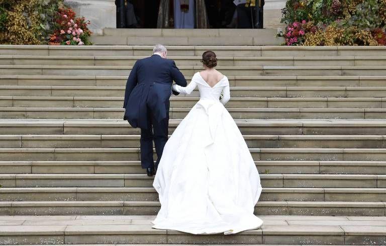 Sie Mochte Ihre Narben Nicht Verstecken Prinzessin Eugenie Tragt Einen Grossen Ruckenaussc Prinzessin Eugenie Konigliche Hochzeitskleider Brautkleid Prinzessin