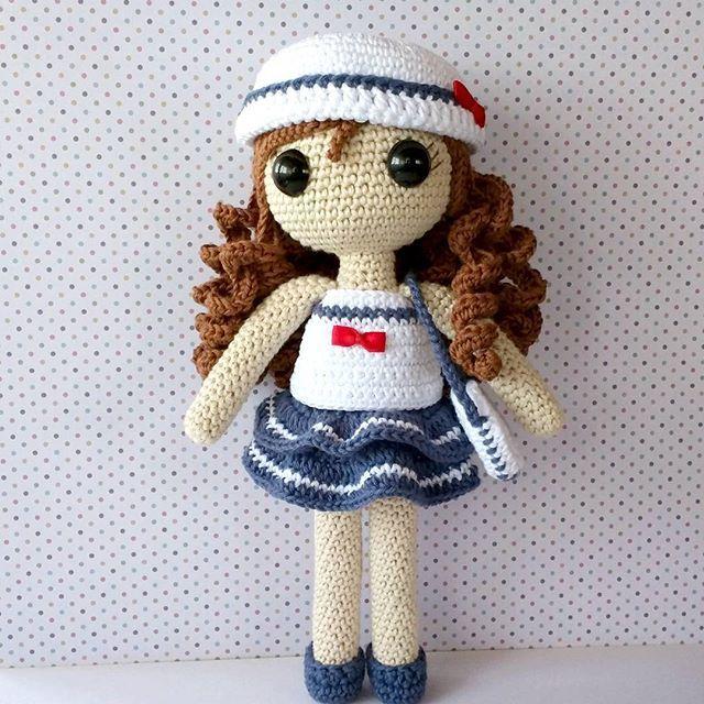 Ésta es la #muñeca Carolina vestida para ir de paseo por el mar . Al más puro estilo marinero . #crochet #doll #croche #dawandashop #dawanda #artesano #ganchillo #amigurumi #sea #hechoamano #handmade #dollclothes ♡