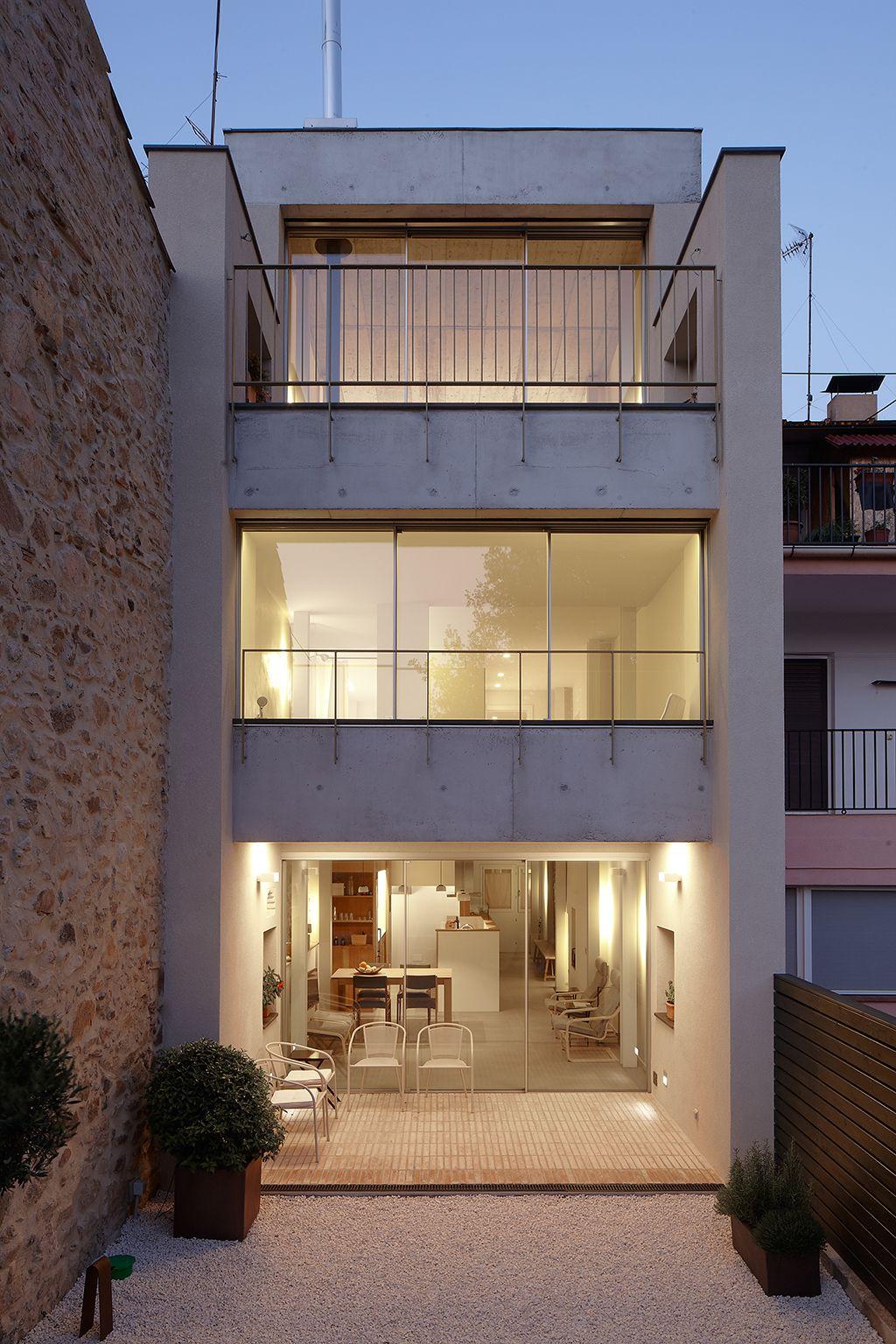 Casa entre mitgeres e plantalech construccions met l for Fachadas de casas modernas entre medianeras