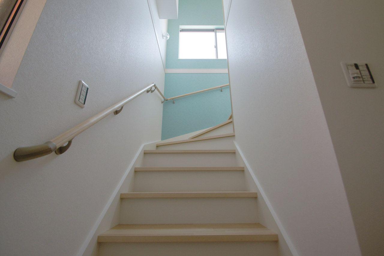 幅広の階段は使いやすく さわやかなパステルカラーのアクセントクロスが素敵なお家 住宅設計プラン 階段 踊り場 リノベーション 不動産