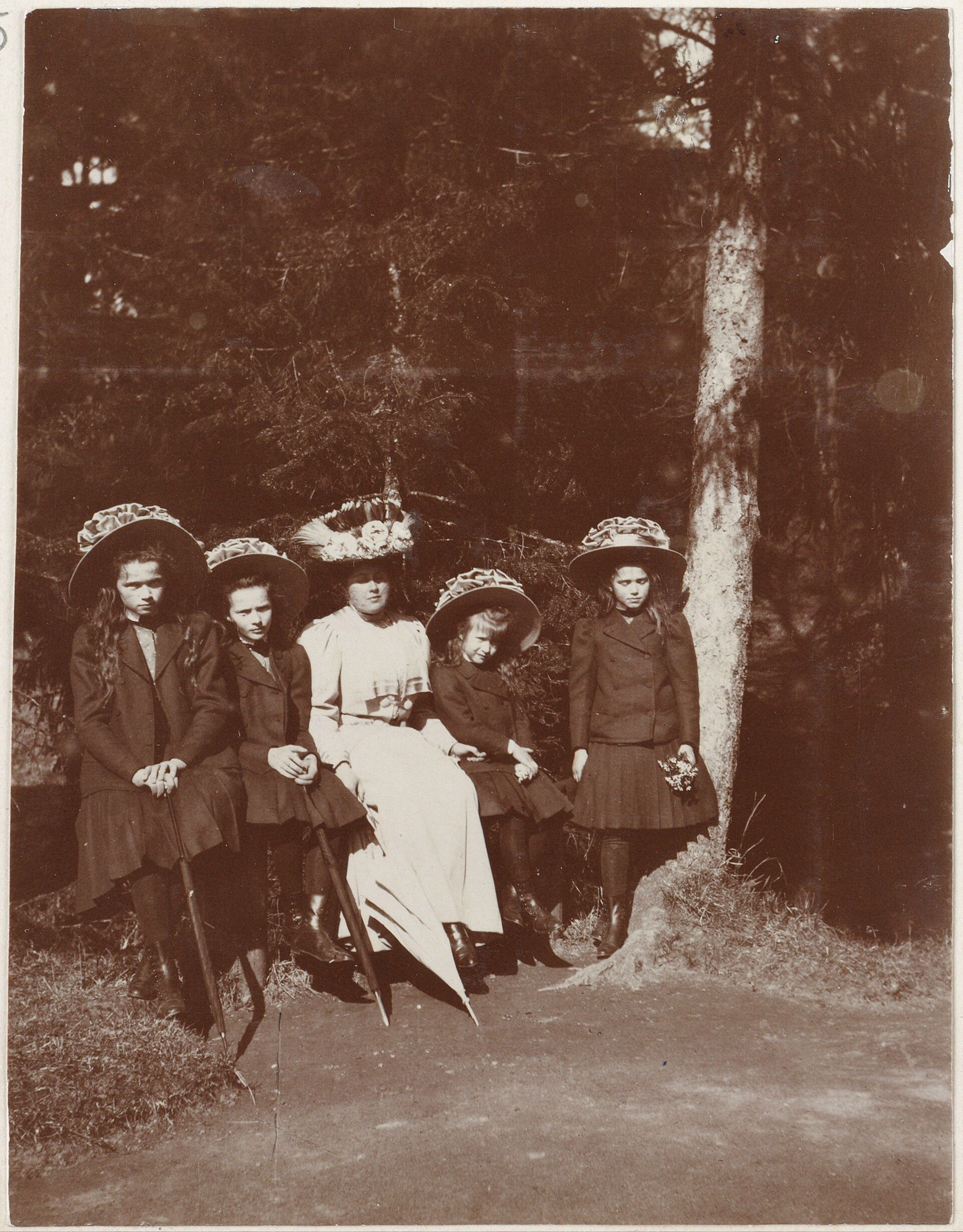 Anna Vyrubova cercada pelas Grand Duchesses Olga Nikolaevna, Tatiana Nikolaevna, Anastasia Nikolaevna e Marie Nikolevna, no Pavlovsk Park, em 1909.