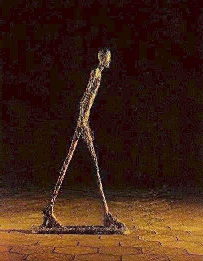 """L'Homme qui Marche"" d'Alberto Giacometti dans la Cour de ..."