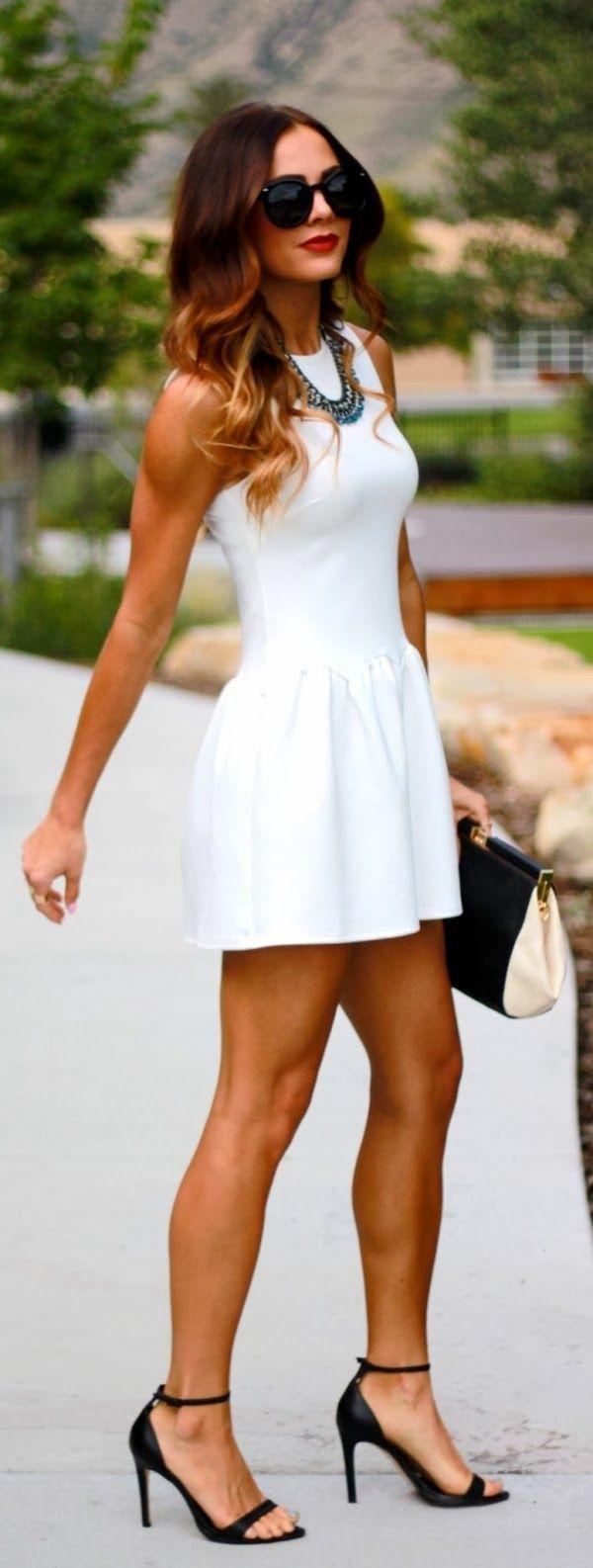 39c120b5fbae Vestido corto entallado blanco mini. bolso clásico en blanco negro a ...