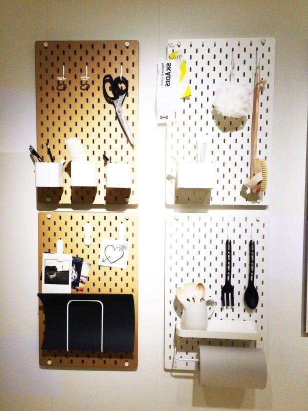 le syst me de panneaux skadis il s agit de plaques en agglom r perfor que l on fixe au mur et. Black Bedroom Furniture Sets. Home Design Ideas