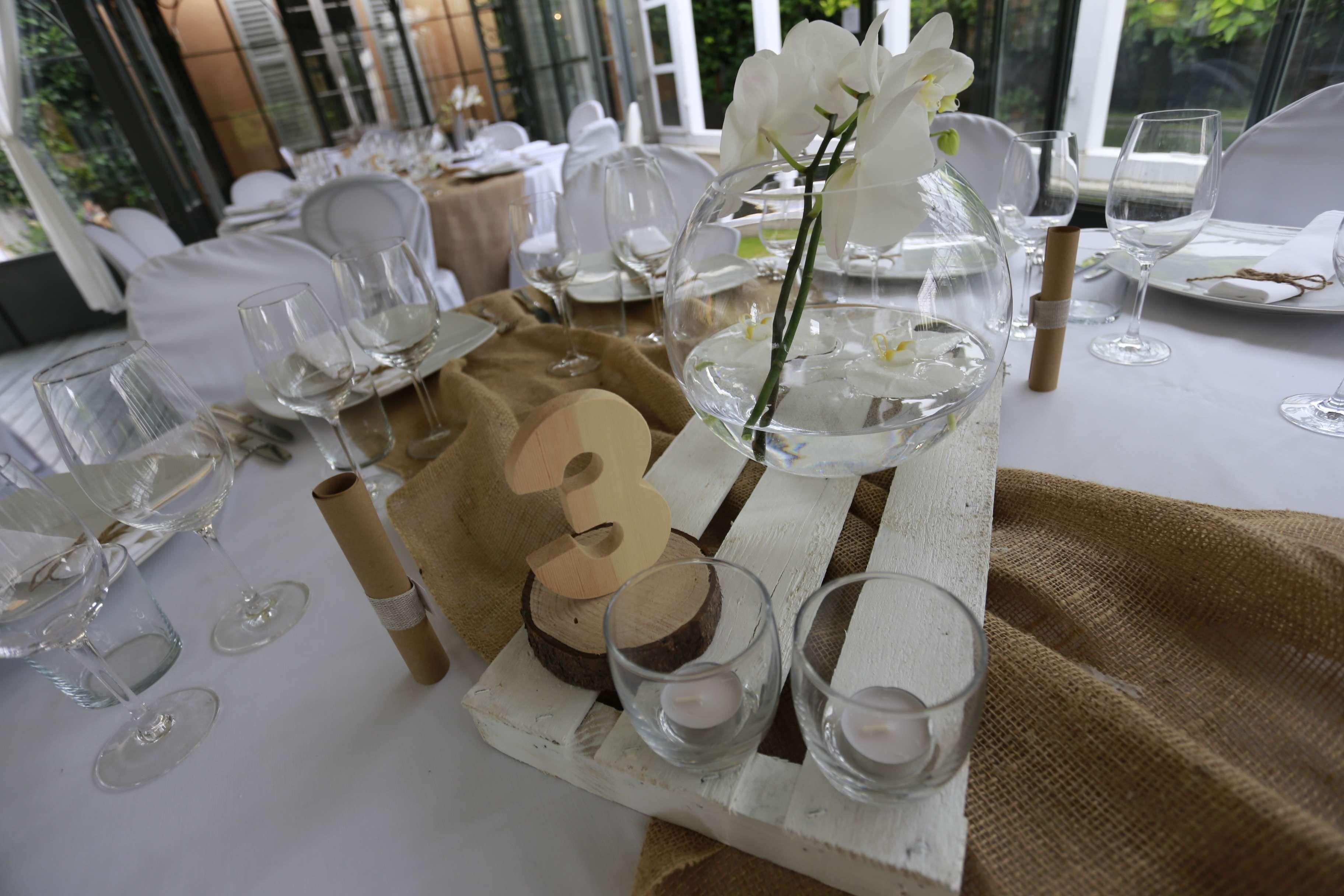 Centrotavola con ramo orchidea e numero tavolo in legno. Ph: weddingphoto.it