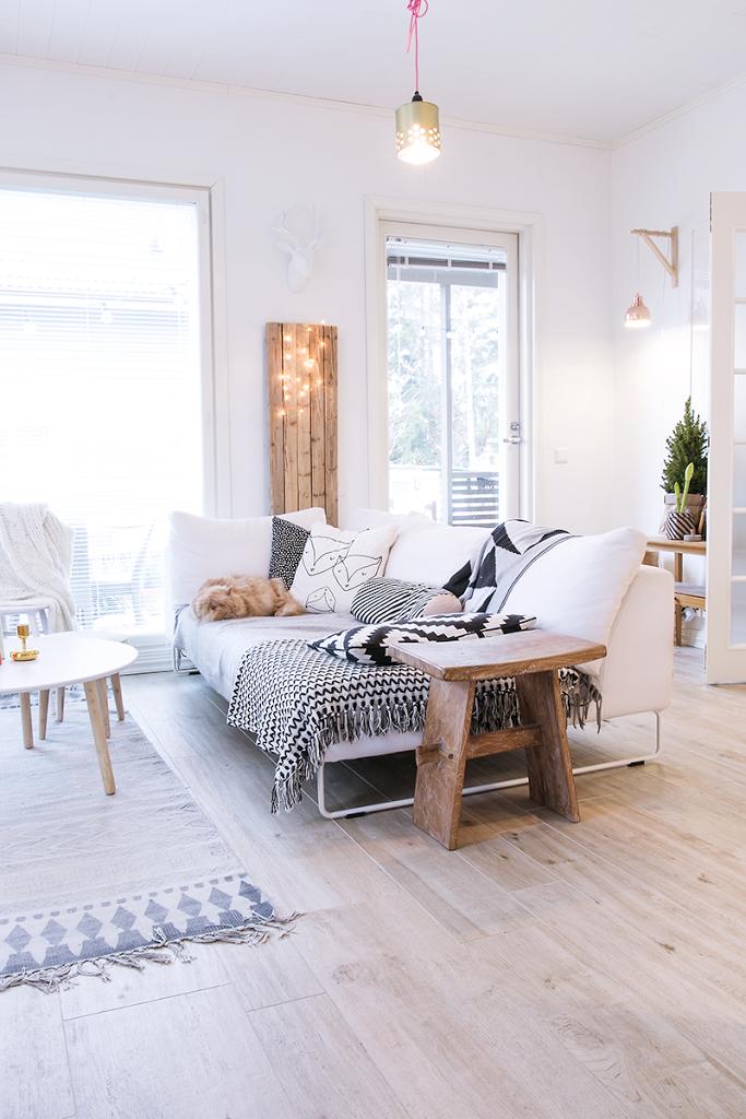 Sol imitation parquet en bois clair dans un appartement scandinave ...