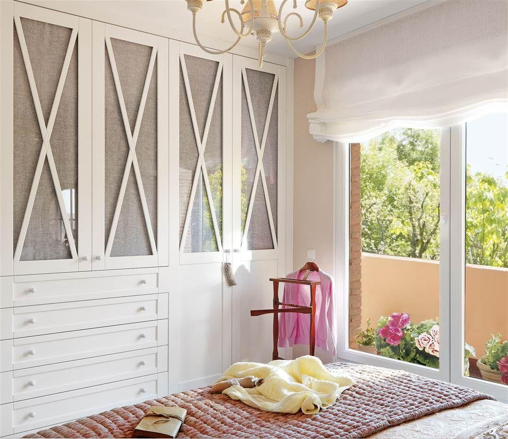 Dormitorio con armario blanco con frentes entelados y en aspa | El ...