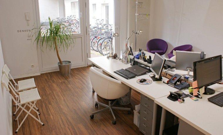Arbeitsplatz In Schonem Buro Im Hinterhof Im Belgischen