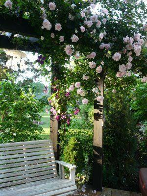 Petit coin romantique avec structure fleurie banc style - Petit jardin romantique tours ...
