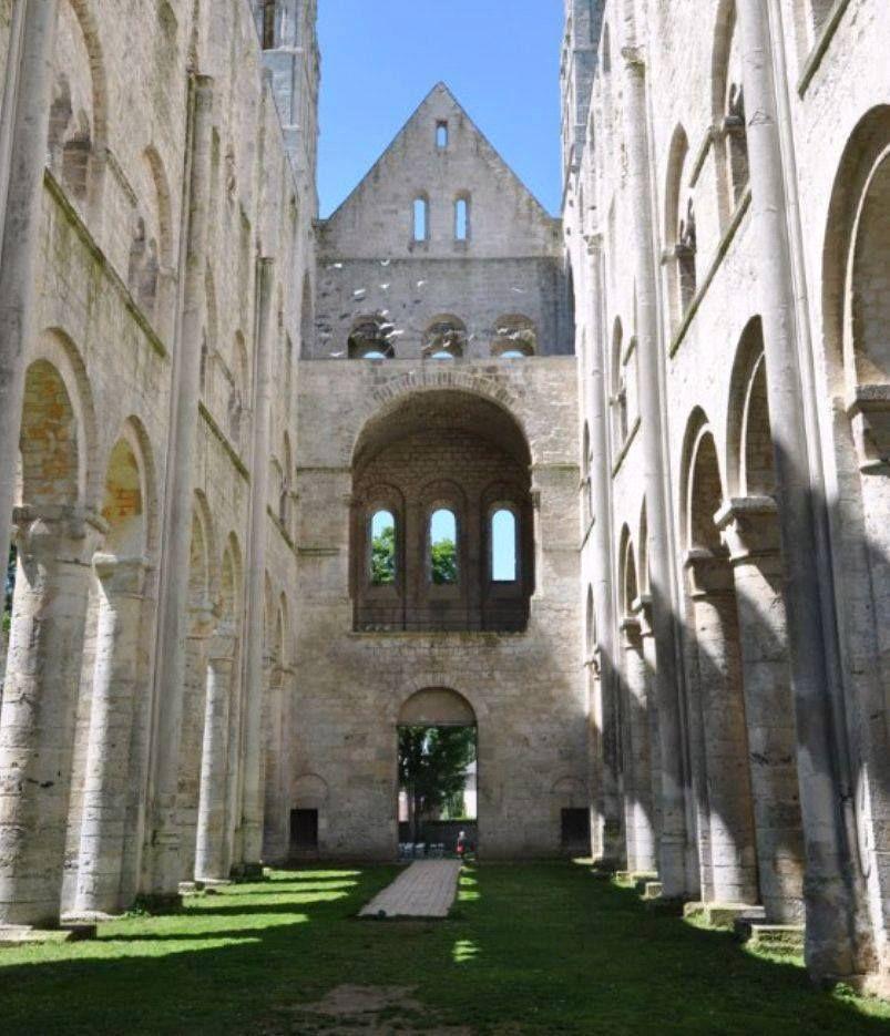 L'abbaye Saint-Pierre de Jumièges (Seine-Maritime) en Normandie fut fondée par saint Philibert, fils d'un comte franc de Vasconie vers 654 sur un…